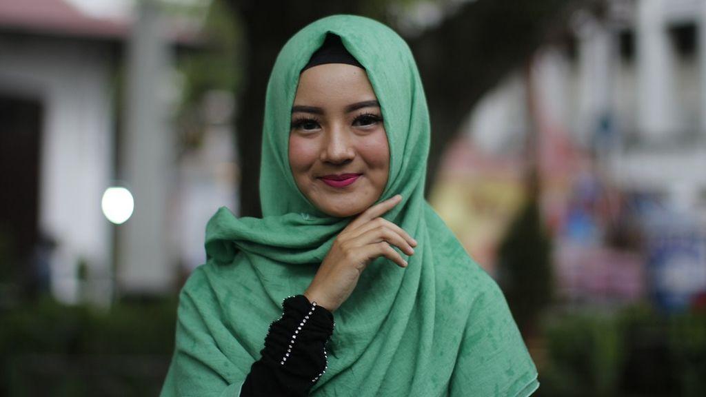 Una mujer con hijab posa frente a una manifestación antimusulmana y se convierte en viral