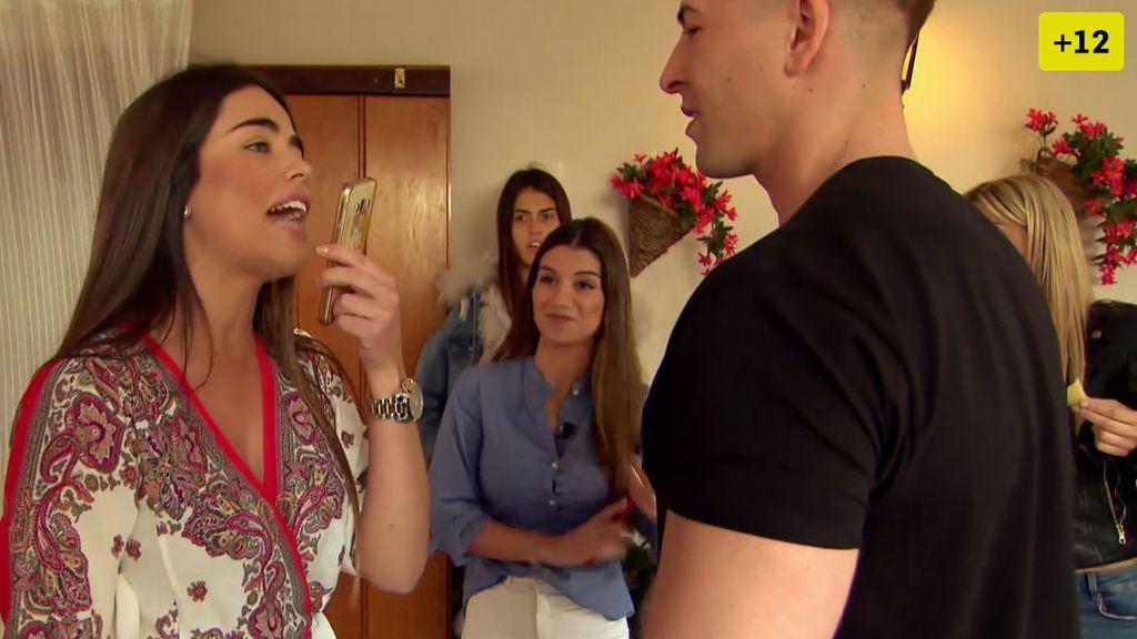 Capítulo 2: Jenni se une a la fiesta y le enseña a Violeta sus conversaciones con Julen