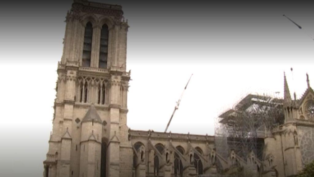La policía encuentra colillas de los trabajadores que restauraban Notre Dame, que ya tiene su lona