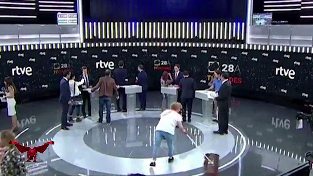 """Guerra sucia entre las limpiadoras de RTVE: """"La que salió en escena no ha pasado la mopa en años"""""""