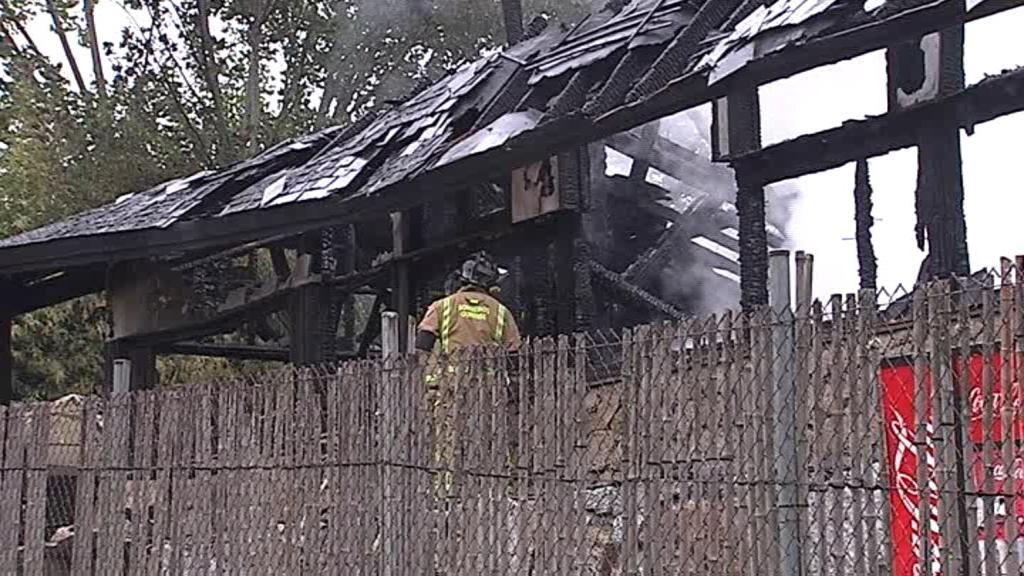 Llanto y estupor tras el incendio que ha arrasado el recinto termal de A Chavasqueira, en Ourense