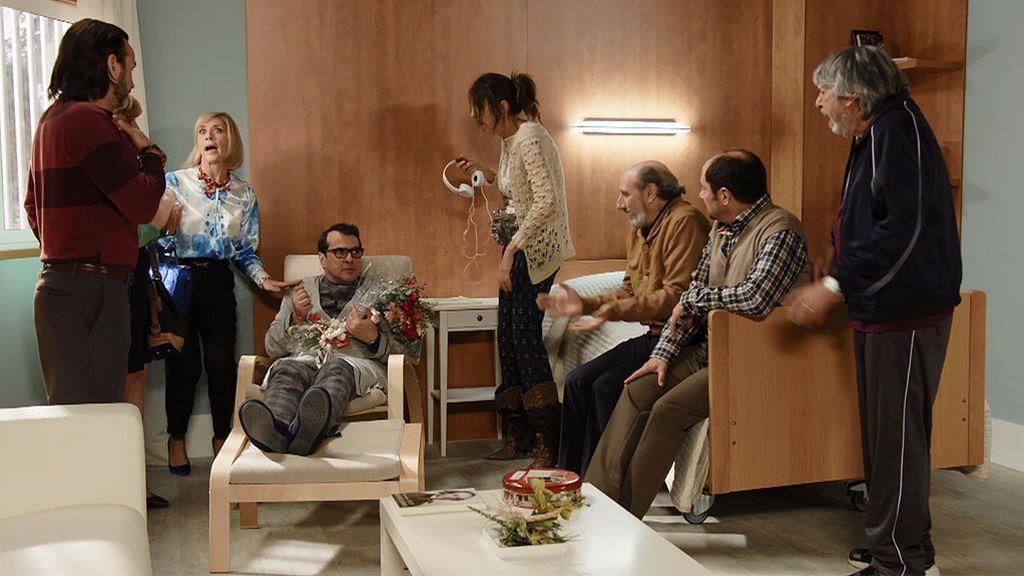 Bruno, en una clínica de reposo mental: ha acabado desquiciado por los jugarretas de sus vecinos