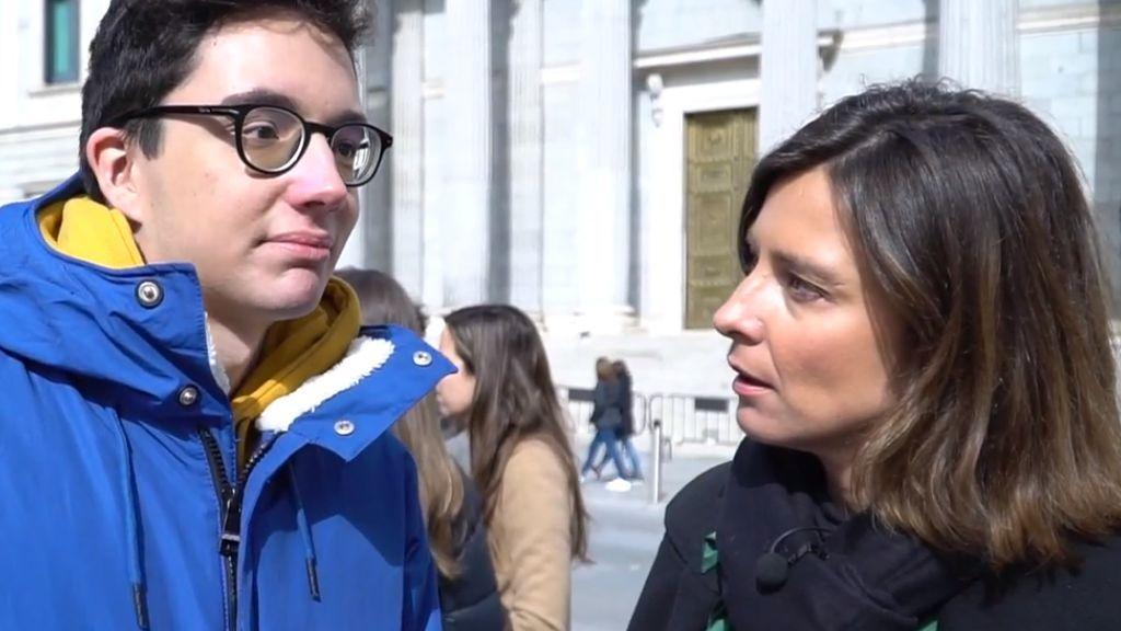 Sandra Barneda acude a las puertas del Congreso para preguntar a la gente qué va a votar