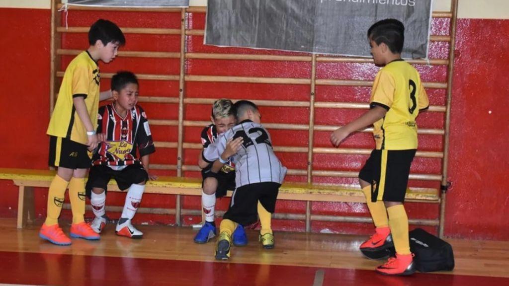 Niños consuelan a sus rivales tras ganar la final de un torneo de fútbol en Argentina