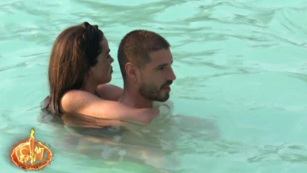 Violeta y Fabio protagonizan el primer tonteo de 'Supervivientes'