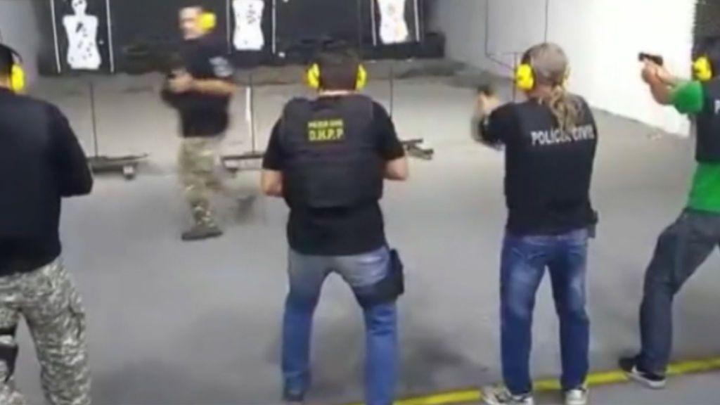 Un profesor de tiro arriesga su vida para enseñar a sus alumnos a disparar