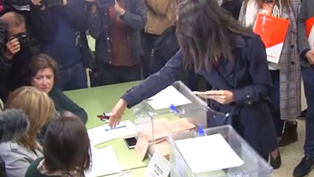Una integrante de la mesa electoral de Arrimadas, le niega el saludo
