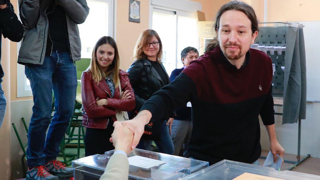 Iglesias acude a votar sin Irene Montero y aprovecha para defender la educación pública