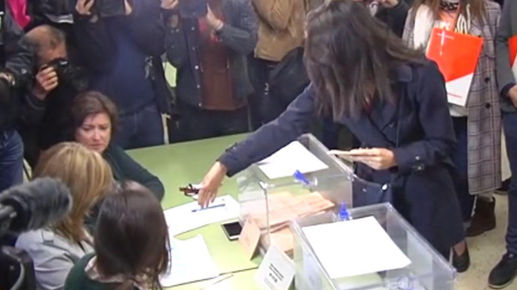 El momento más desagradable de Arrimadas el 28A: le niegan el saludo en la mesa electoral