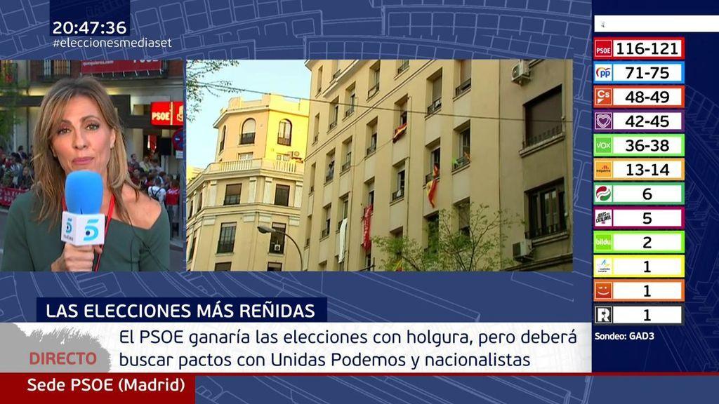 """Guerra de banderas ante la sede del PSOE y un cartelón que dice """"Queremos a Susana"""""""