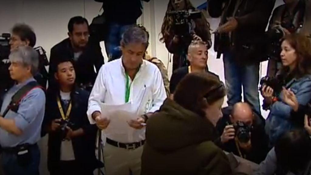 Un apoderado de Vox provoca incidentes con la prensa en la votación de Sánchez