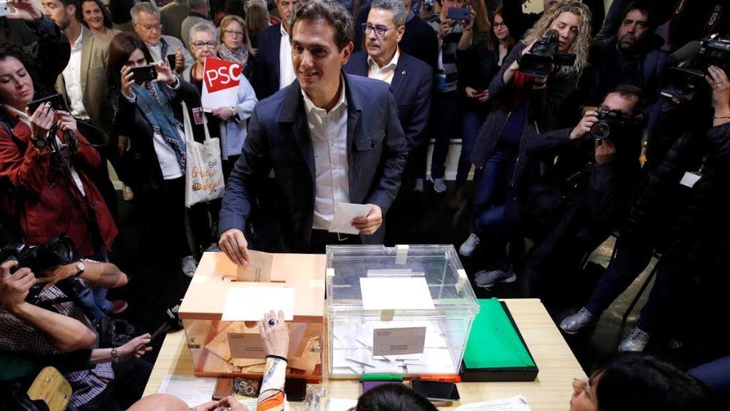 Rivera vota pidiendo una nueva era y habla en inglés y catalán