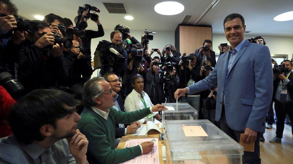 Sánchez pide perdón por madrugar, contesta a la prensa en inglés y espera una mayoría amplia y sólida