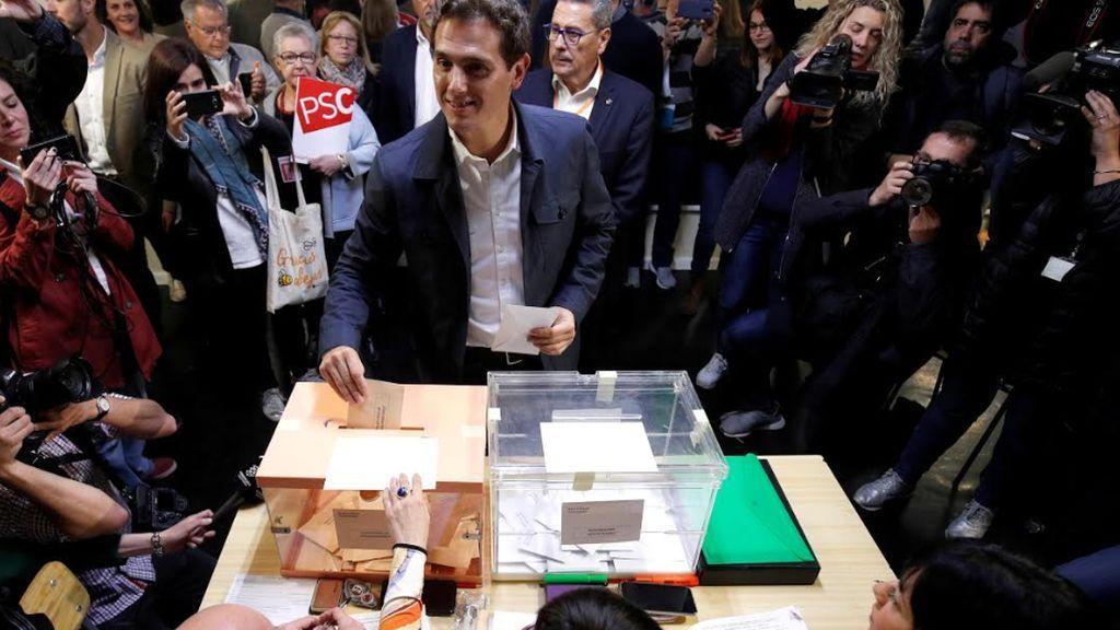 """Albert Rivera vota y pide acudir a las urnas para lograr """"un cambio de era"""""""