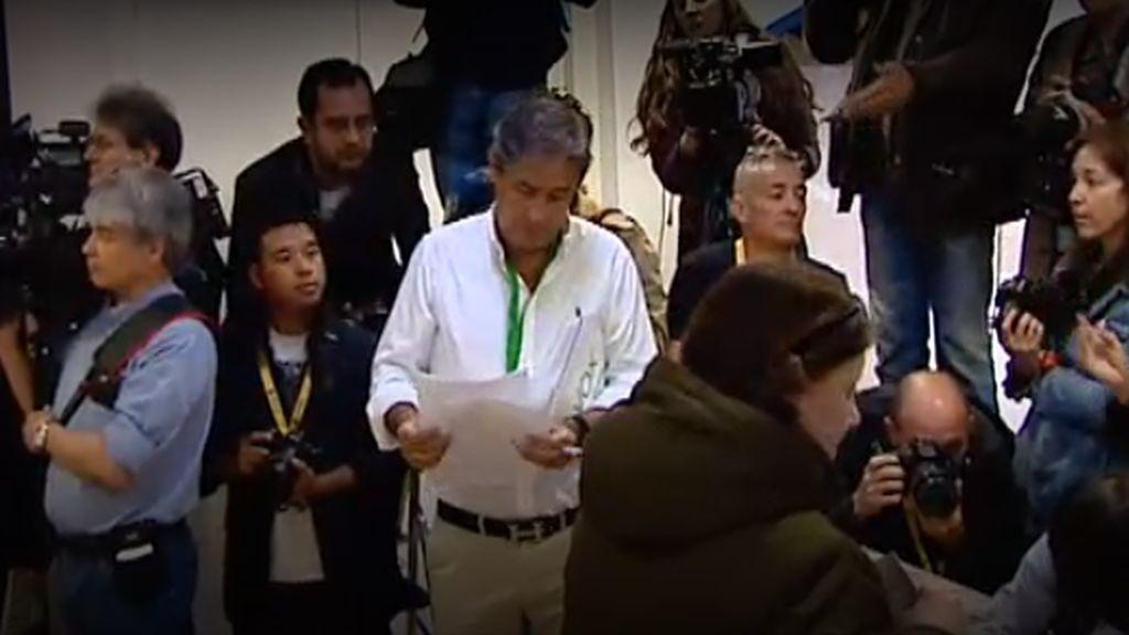 Primer incidente: un apoderado de Vox se enfrenta a la prensa durante la votación de Sánchez