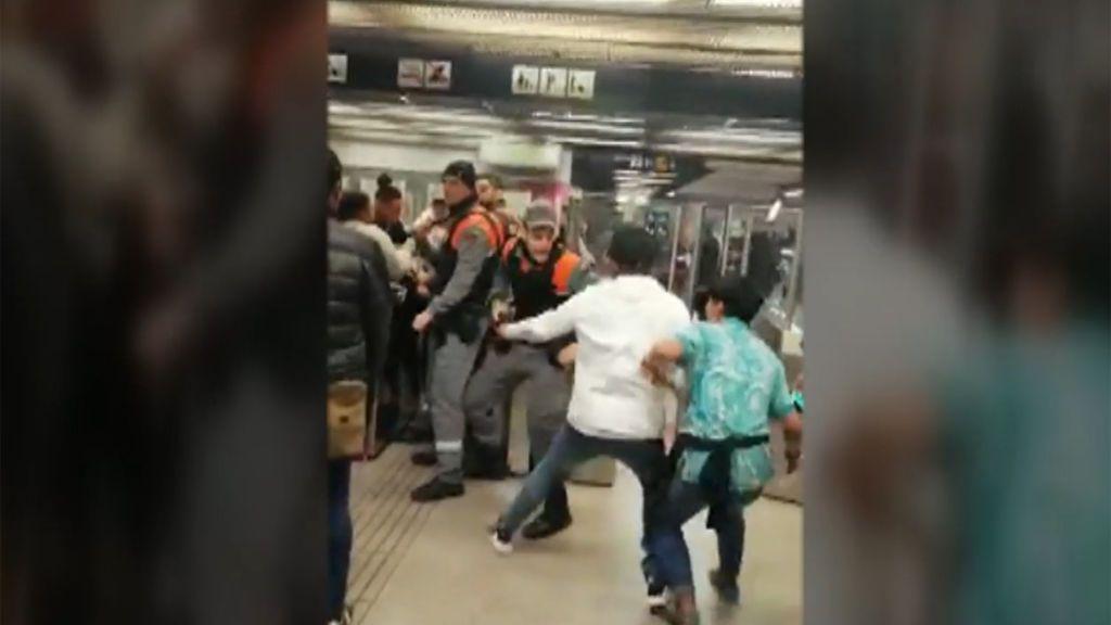 Batalla campal en el metro de Barcelona: los vigilantes, sobrepasados por la violencia de un grupo de jóvenes