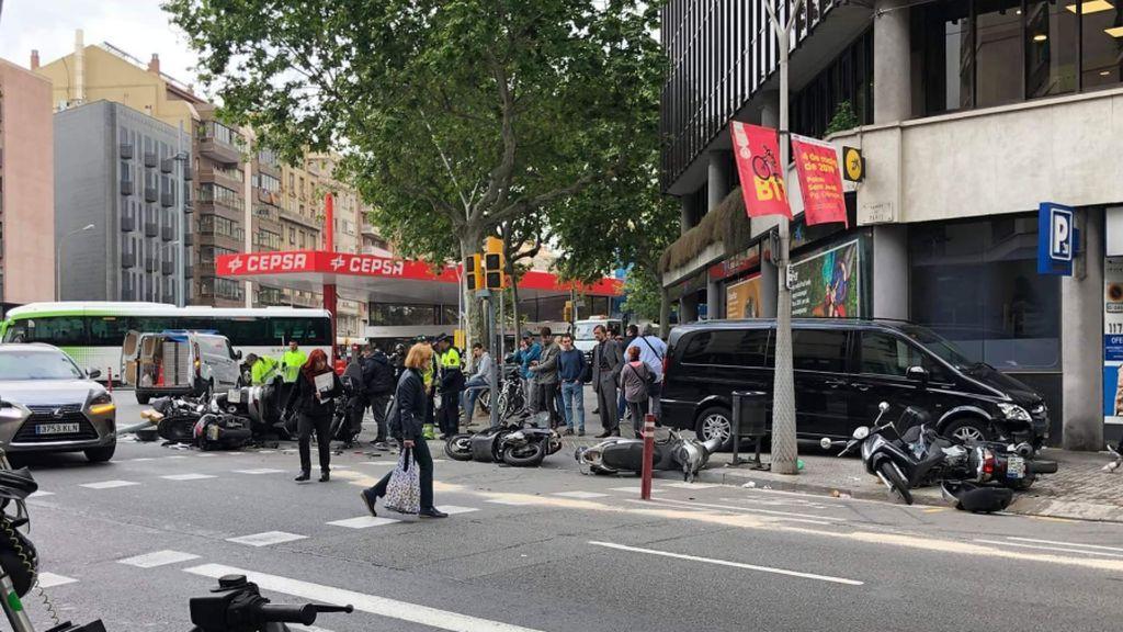 Espectacular accidente en el Eixample de Barcelona al arrollar una furgoneta a una decena de motos