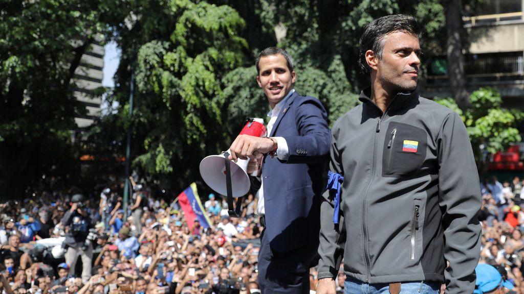 Guaidó y López marchan hacia el Palacio de Miraflores mientras el régimen corta las TV e Internet