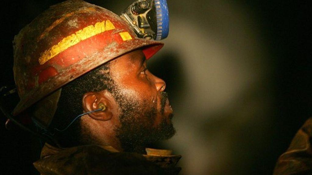 Miles de trabajadores atrapados bajo tierra en una mina de platino en Sudáfrica