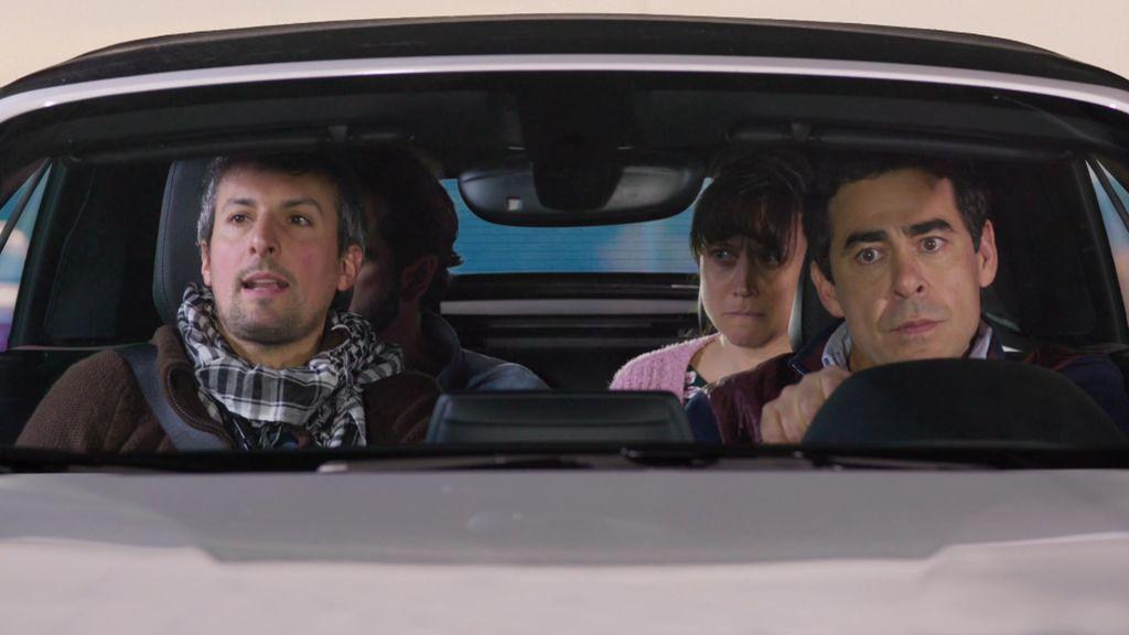 Amador viaja en su descapotable con tres desconocidos que se la lían parda