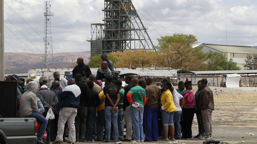El Gobierno sudafricano confirma el rescate de 1.800 mineros atrapados en un pozo de platino