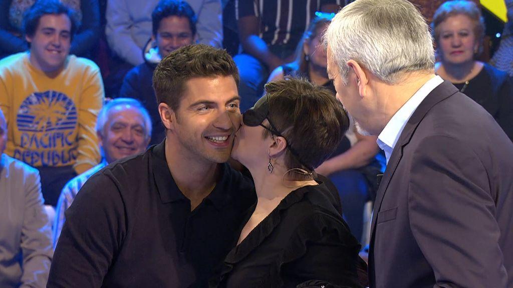 Sonia conoce a su ídolo Maxi Iglesias a ciegas