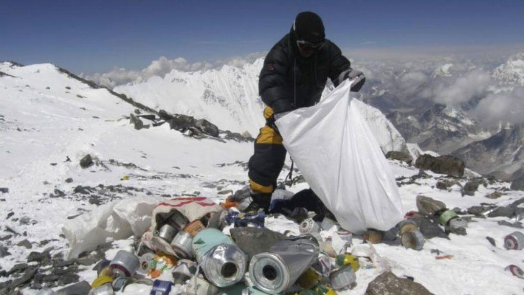 Un grupo de alpinistas retira más de tres toneladas de basura del Everest en su primera jornada de limpieza