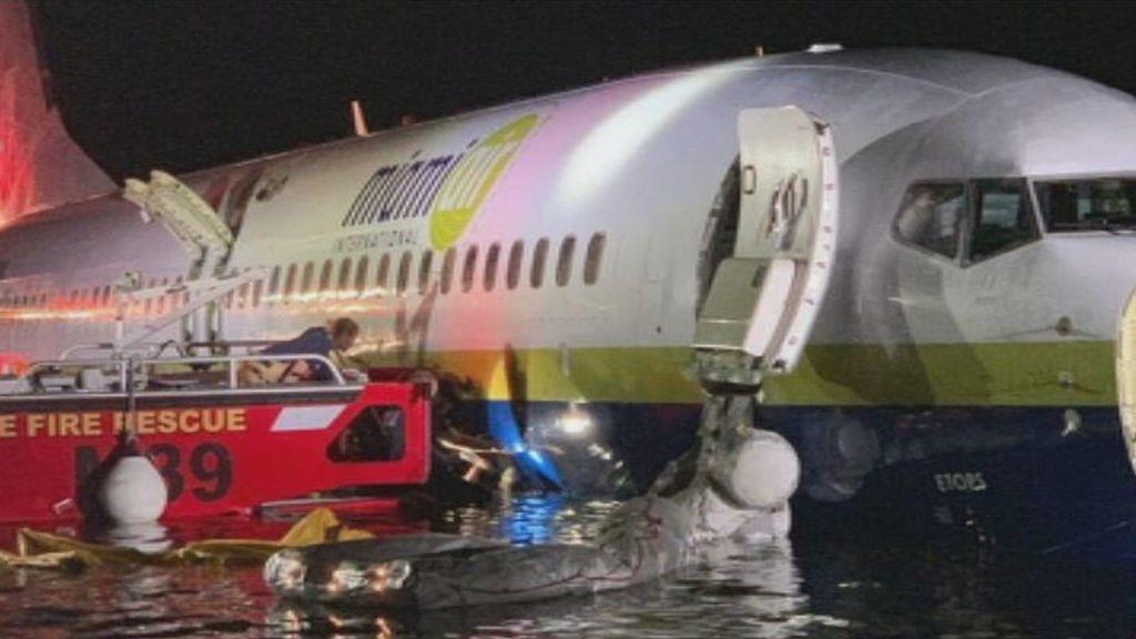Milagro aéreo en Florida: un avión se sale de pista al aterrizar y termina en un río sin causar víctimas