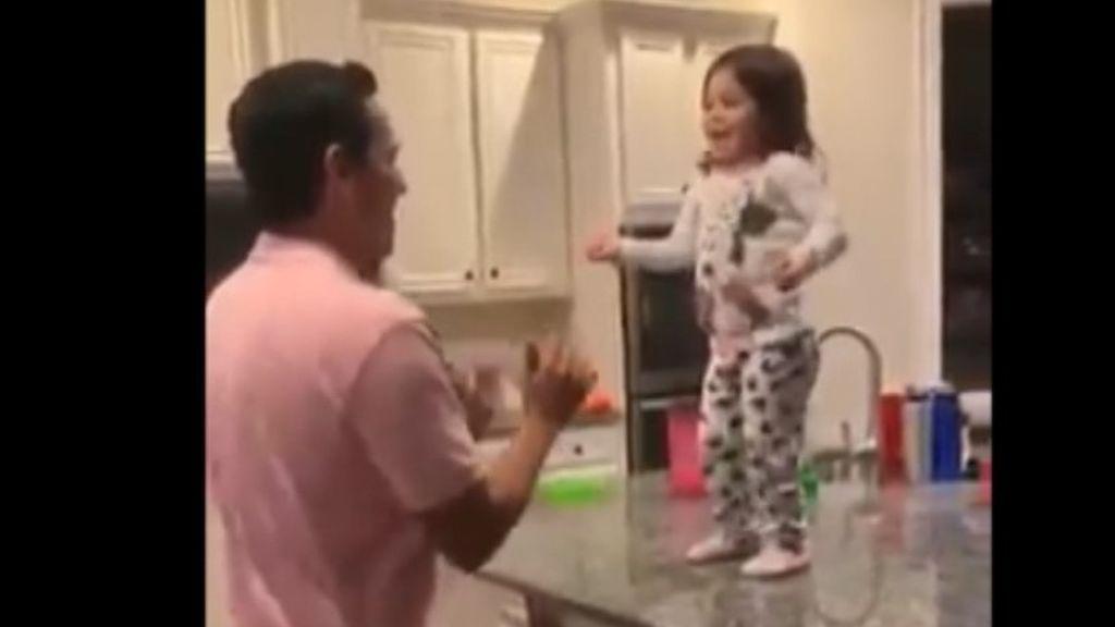 Llega a casa y se encuentra a su esposo bailando con su hija