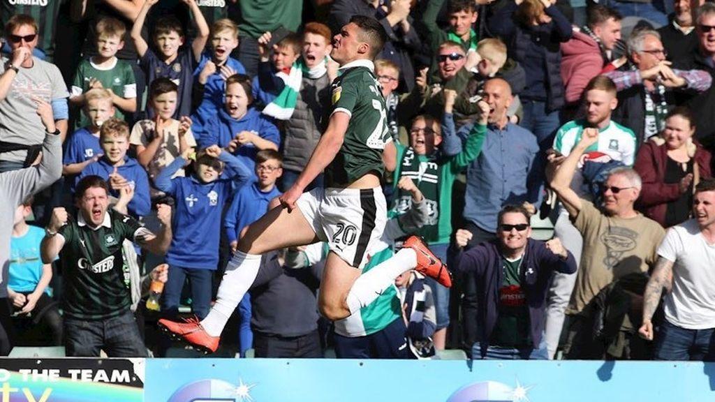 El karma ataca en Inglaterra: Anota un gol antideportivo con el portero lesionado y acaba descendiendo de categoría