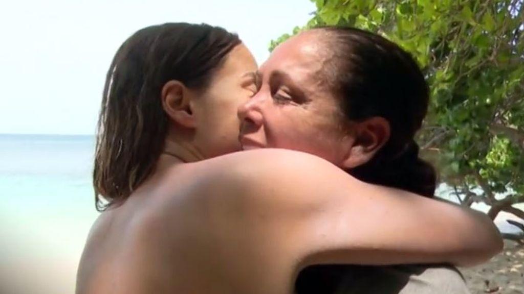 Isabel Pantoja y Mónica Hoyos sellan la paz en 'SV' con un caluroso abrazo