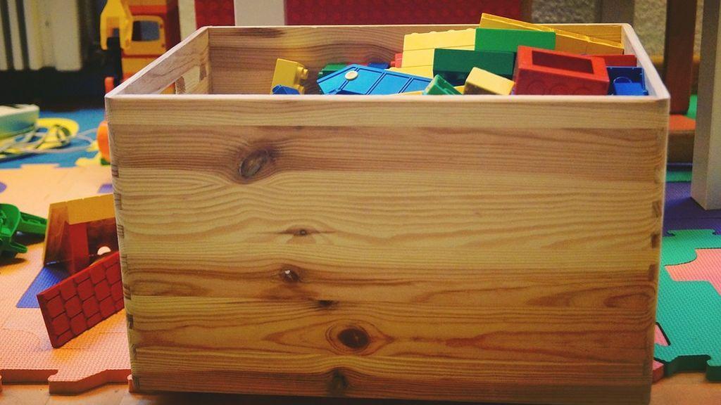 Condenan a una madre por matar de hambre a su hijo  de tres años y guardar su cadáver en una caja de juguetes