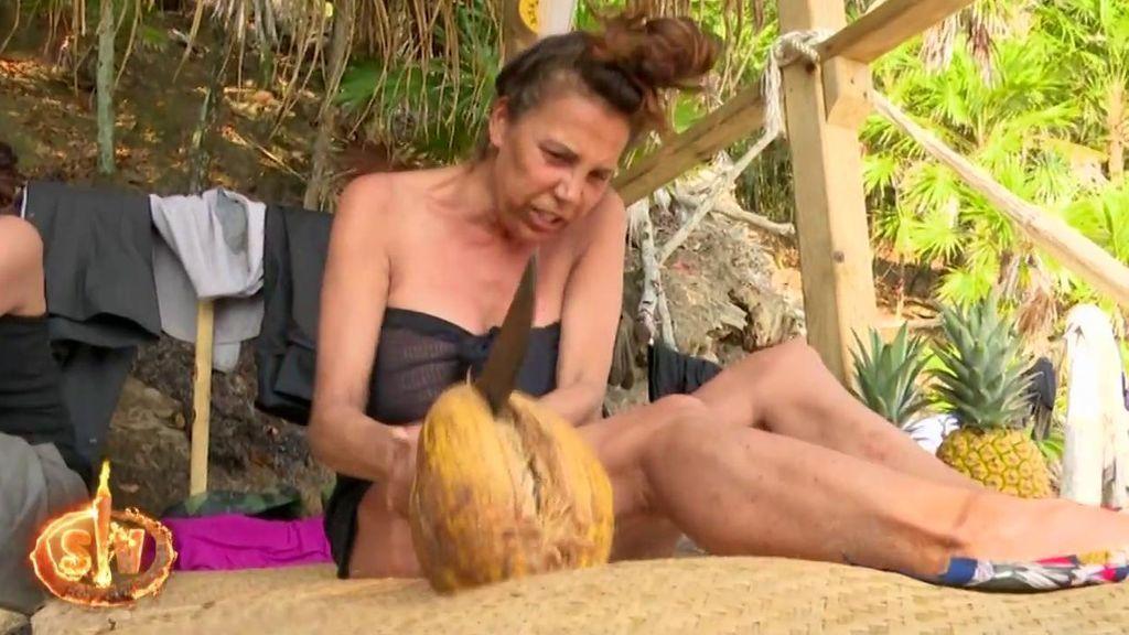La particular estrategia de Toñi Salazar para partir un coco: sacar lo peor de sí