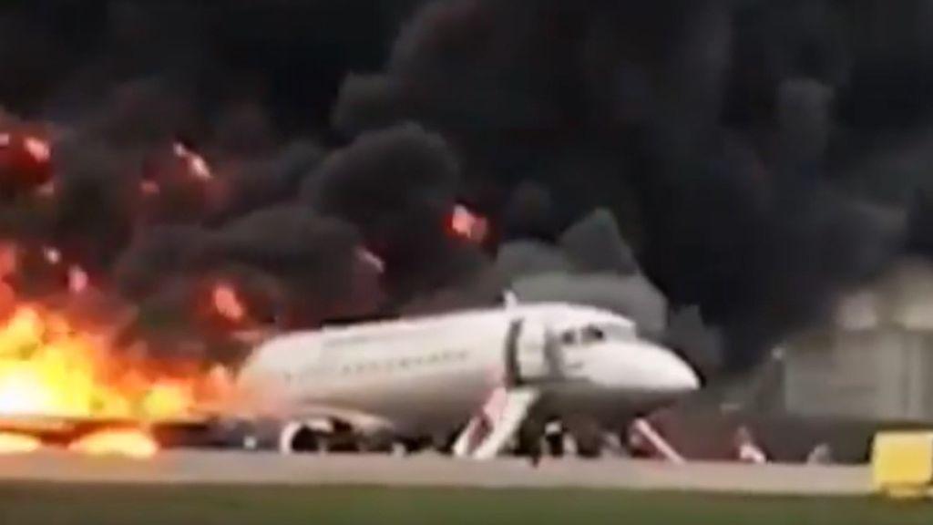 Un avión acaba envuelto en llamas en Moscú: el impacto de un rayo puede ser la causa del suceso