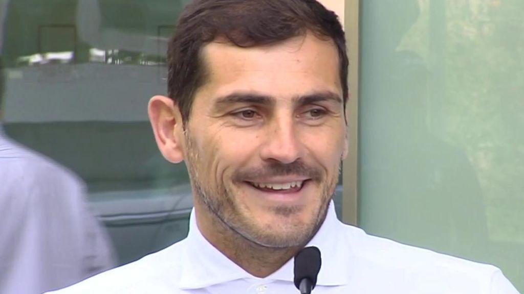 """Casillas sale del hospital emocionado: """"No sé lo que será el futuro"""""""
