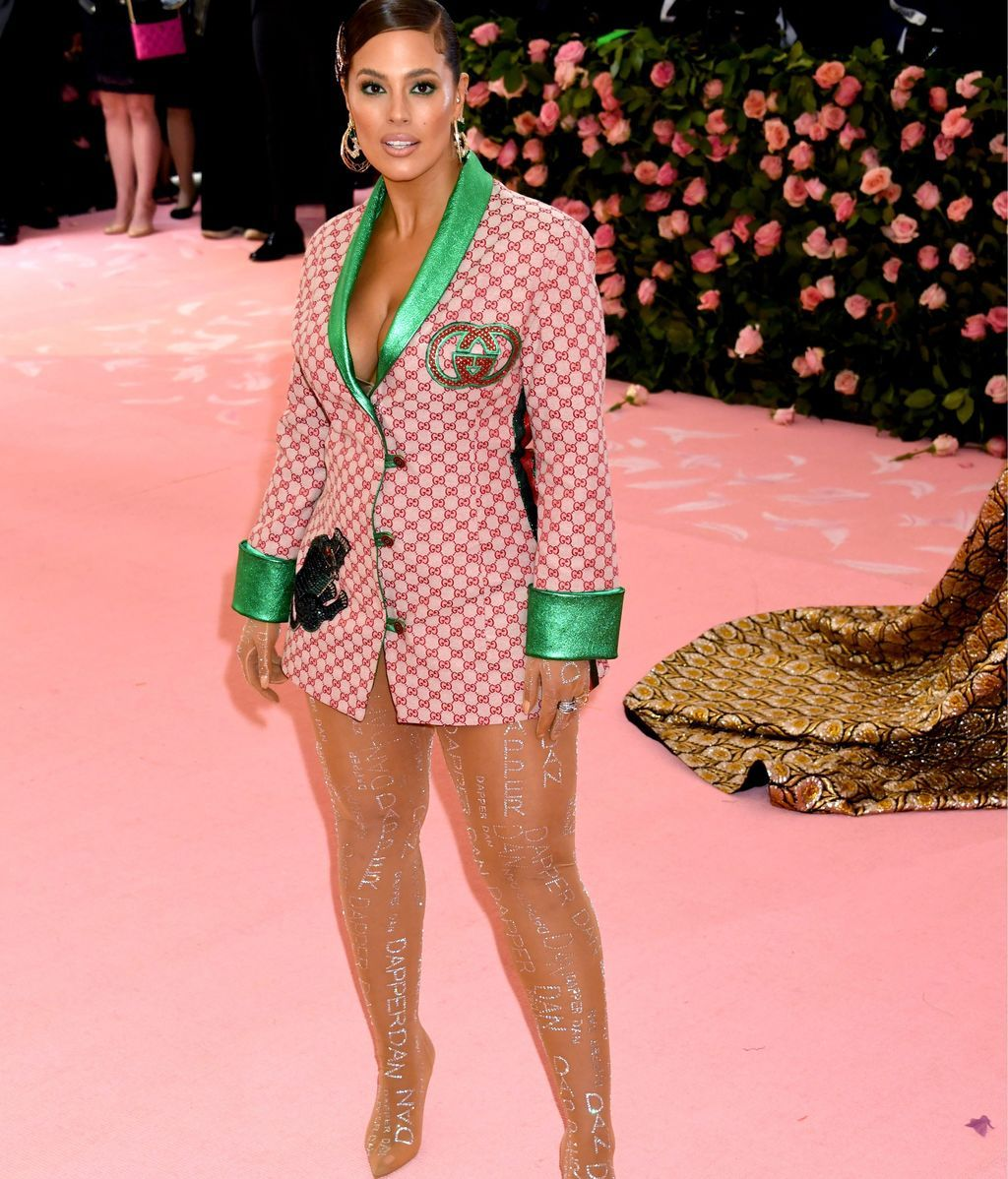 Ashley Graham con mini vestido-blazer de Gucci y firmada por Dapper Dan