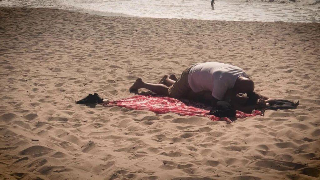 Con las manos en la masa: la tórrida tarde de playa de Matamoros y su novia