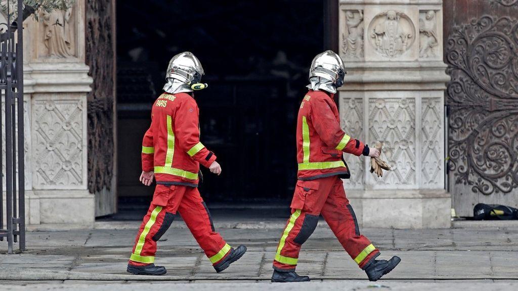 Seis de los 'héroes' de Notre Dame han sido acusado de violar a una turista