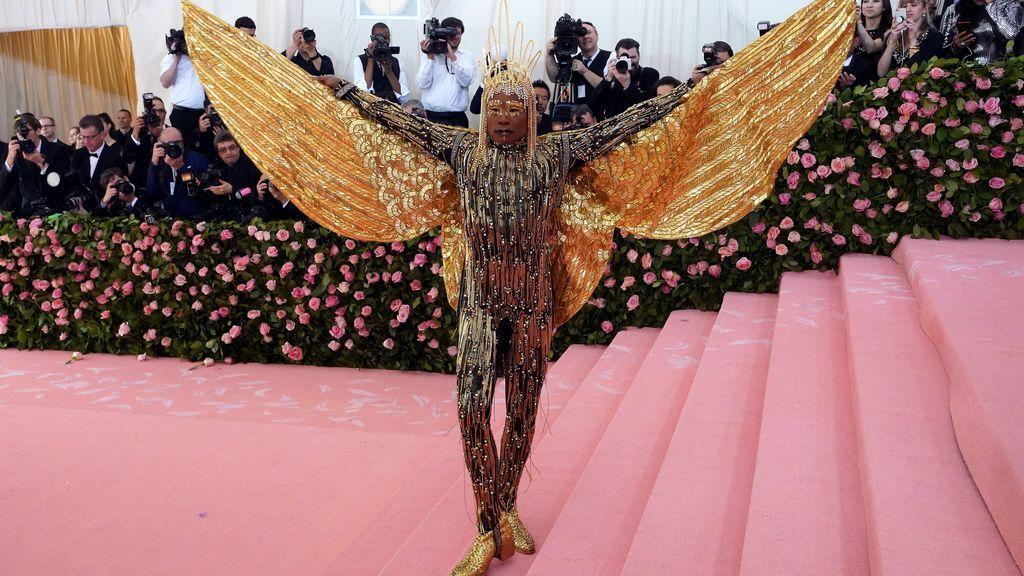 Billy Porter cual Dios Egipcio con sus alas doradas