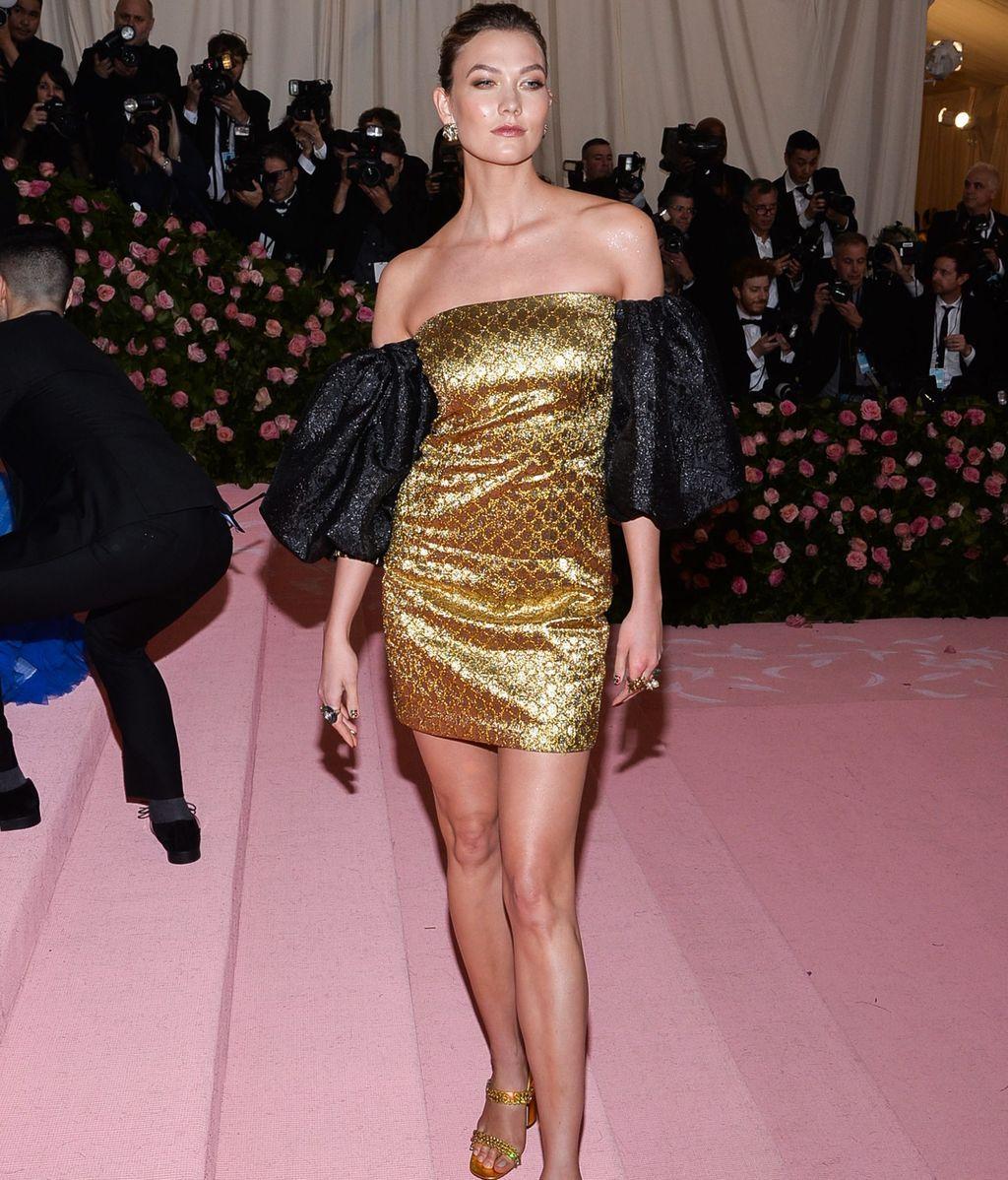 Karlie Kloss con mini vestido en negro y dorado de Dapper Dan