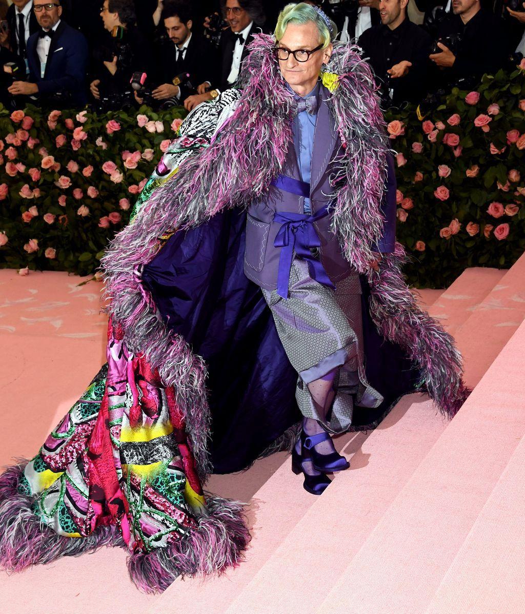 Hamish Bowles con capa de plumas, kimono, chaqueta y merceditas
