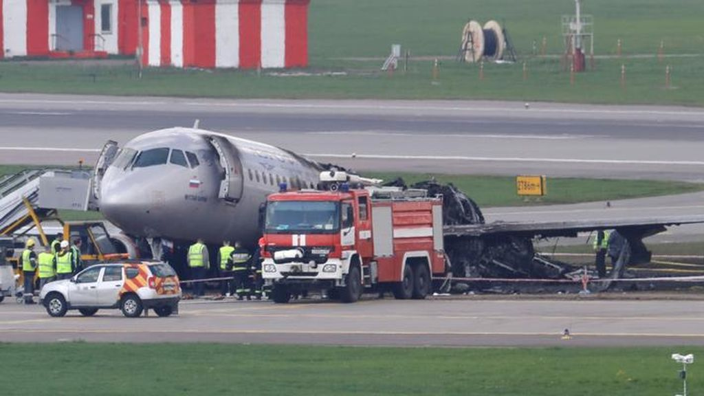"""""""Pateé la puerta con la pierna y empujé a los pasajeros"""", la heroica actuación de una azafata del avión incendiado en Moscú"""