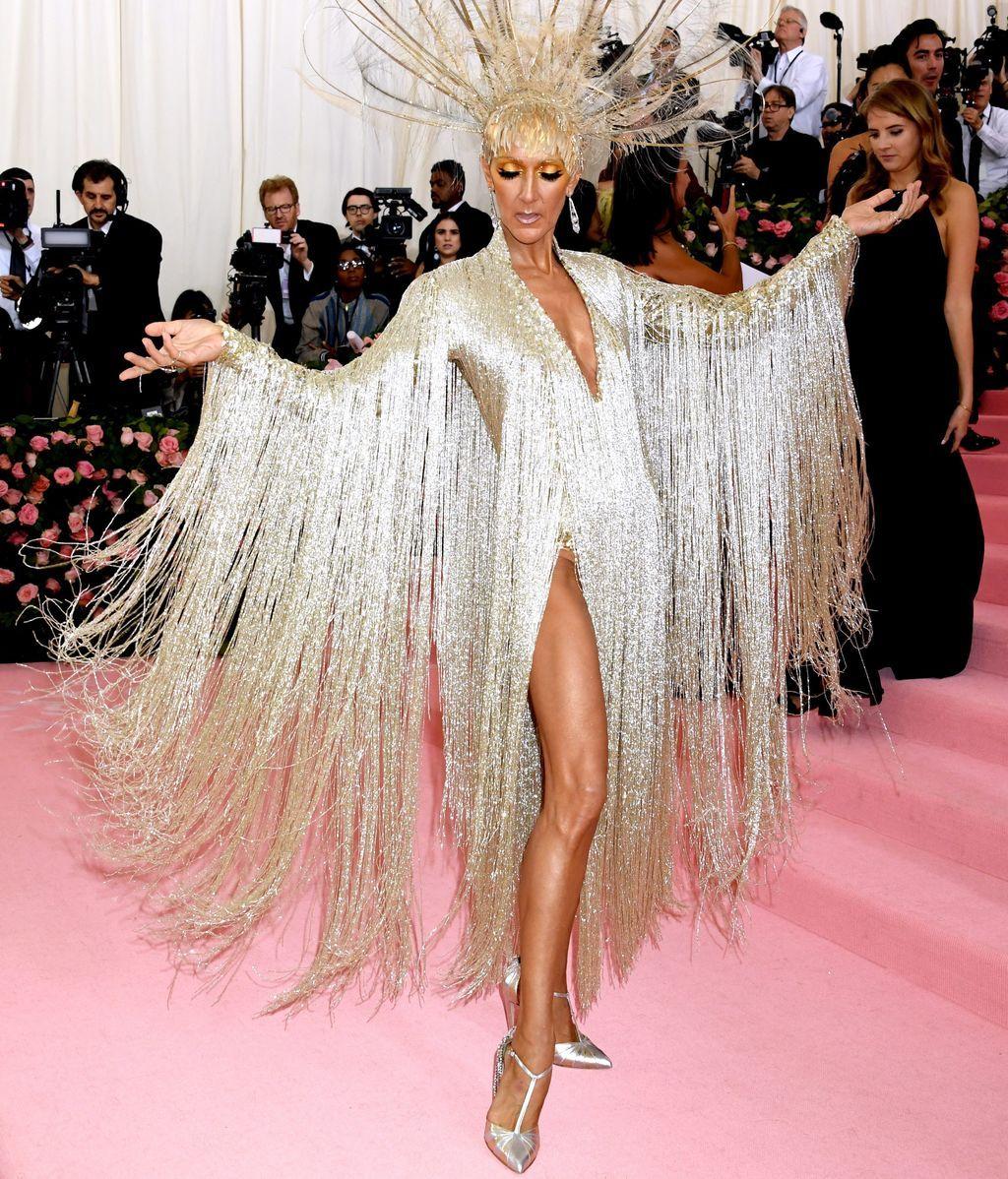 Celine Dion super-diva con vestido de Oscar de la Renta y tocado de plumas doradas