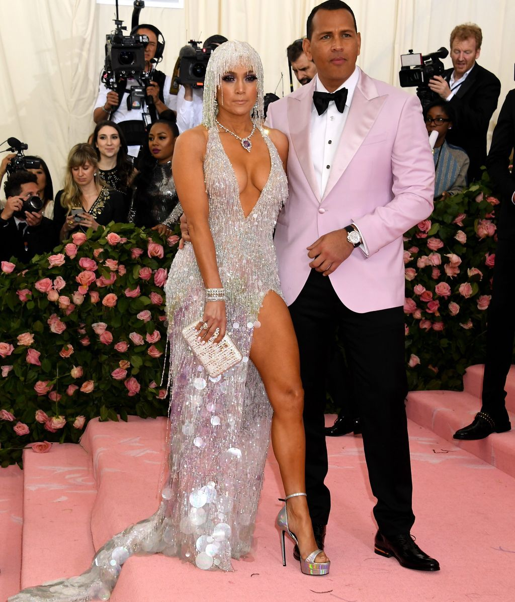 Jennifer Lopez, con vestido de cuentas plateado, junto a su prometido Alex Rodriguez