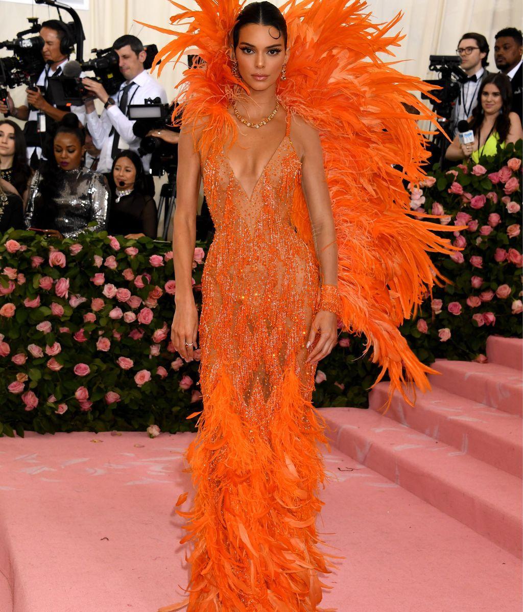 Kendall Jenner de plumas y transparencias firmadas por Versace