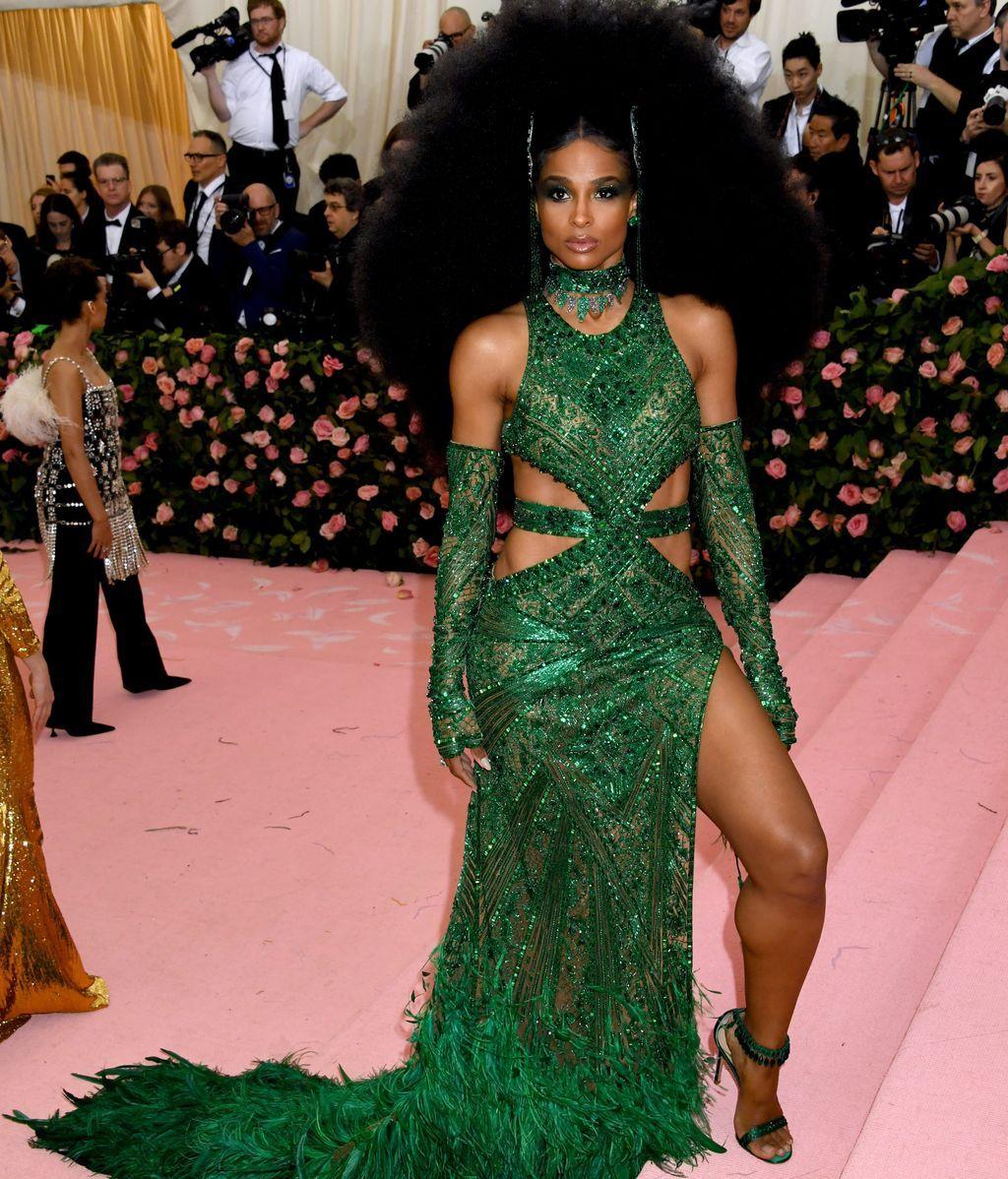 Ciara enfundada en un vestido verde con transparencias y plumas de Versace