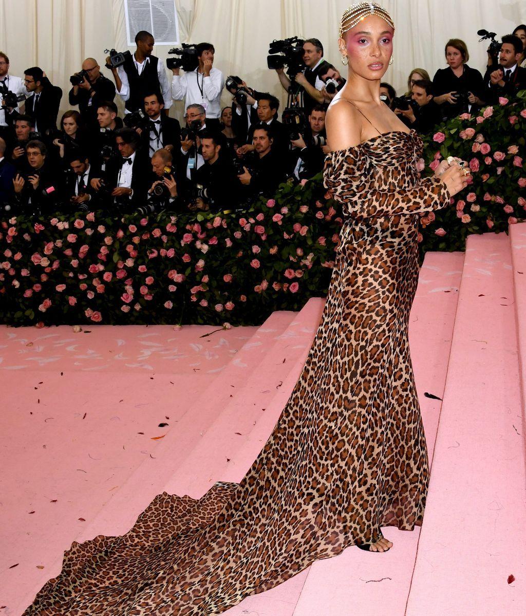 Adwoa Aboah con vestido de leopardo y tocado de cristales