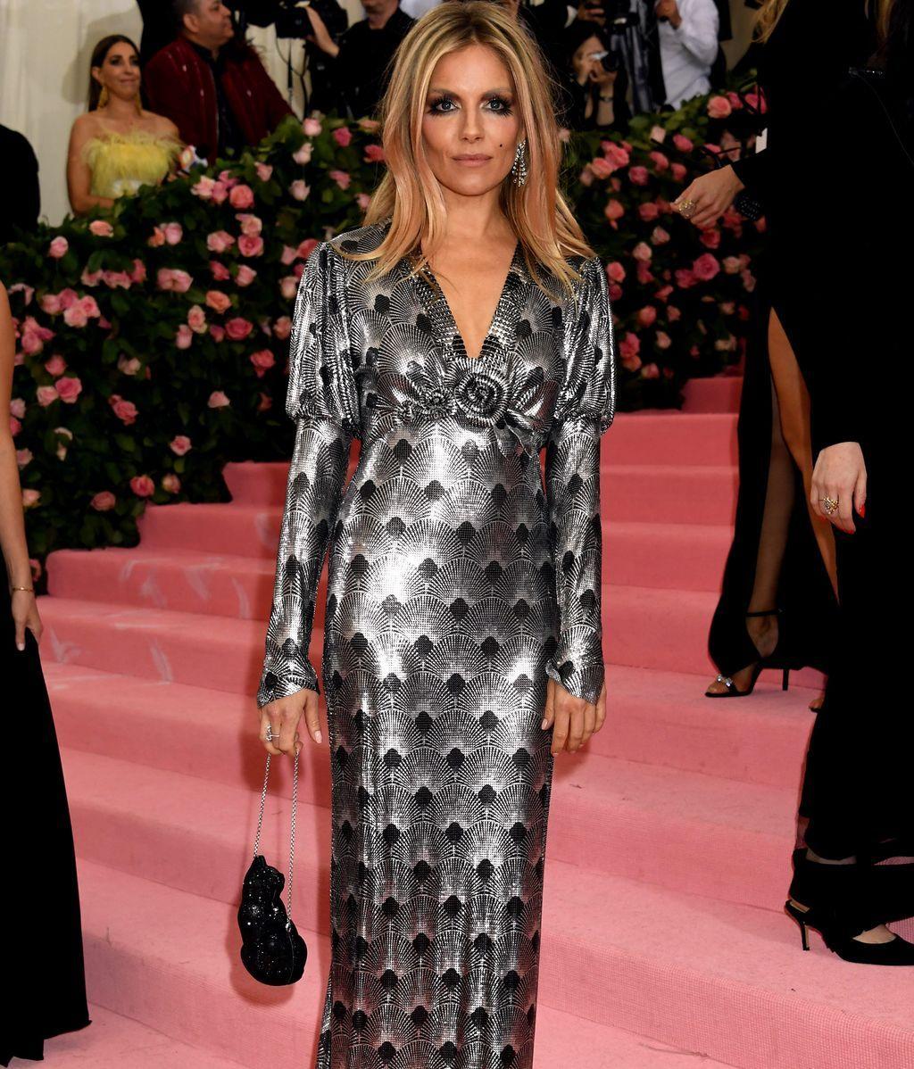 Sienna Miller con vestido metalizado en plata y negro