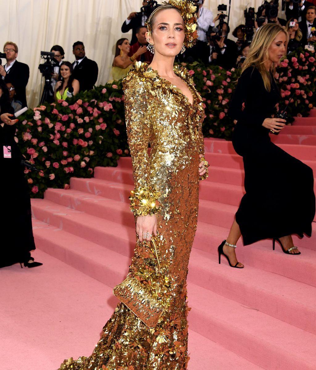 Emily Blunt bañada en lentejuelas doradas de Michael Kors