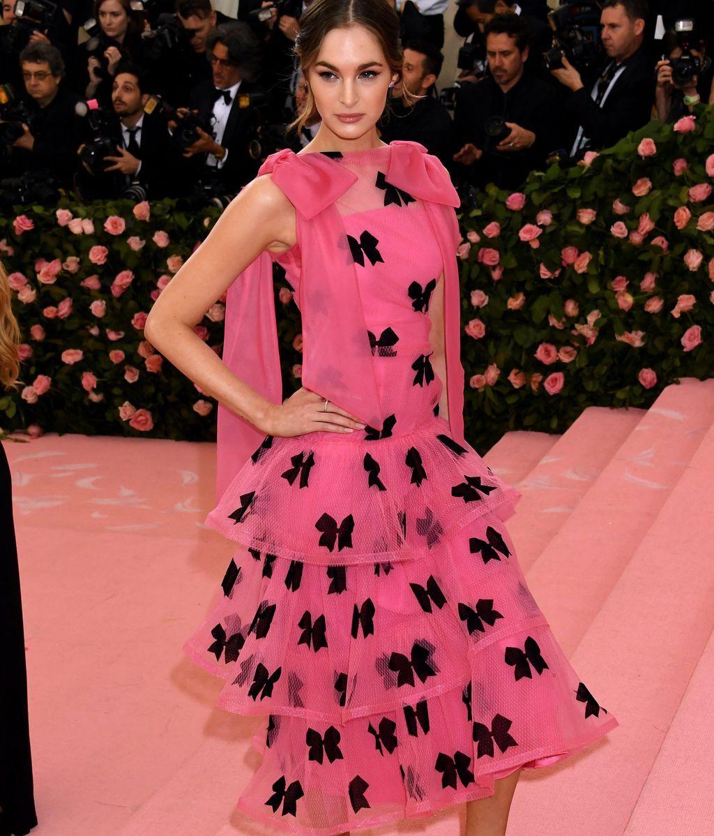 La modelo Laura Love con un desconcertante vestido rosa con lacitos